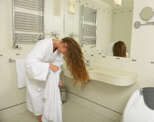 浴室で<strong>髪</strong>を洗う夢