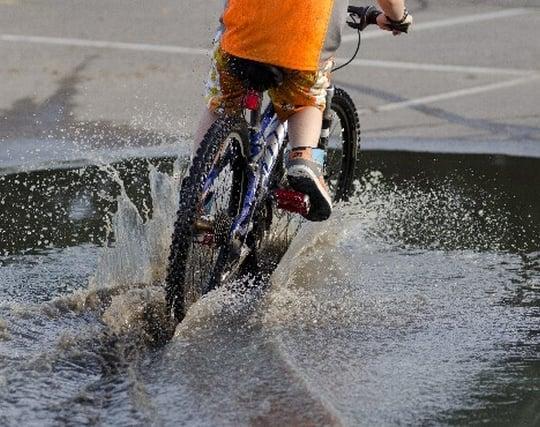 自転車で<strong>水</strong>上を走る夢