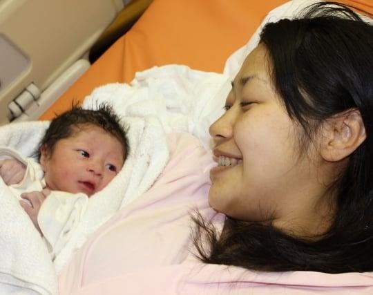 女性が赤ちゃんを出産する夢