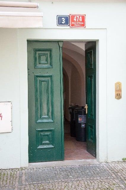 開けっ放しのドアを不用心だと感じる夢