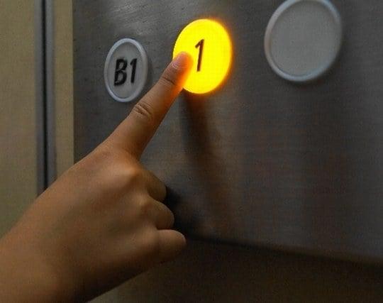 エレベーターの行き先ボタンを押し間違う夢