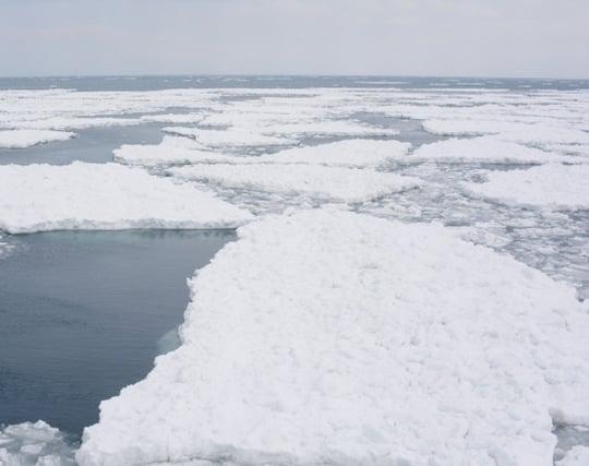 氷が割れて水の中に落ちる夢