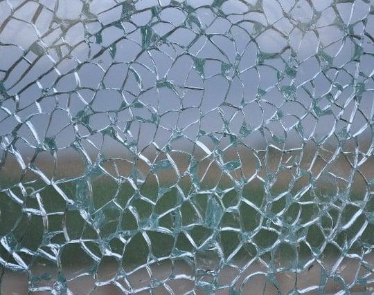 ガラスが割れた窓の夢