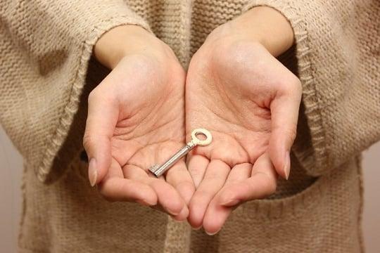 異性から鍵を手渡される夢・異性から鍵を<strong>もらう</strong>夢