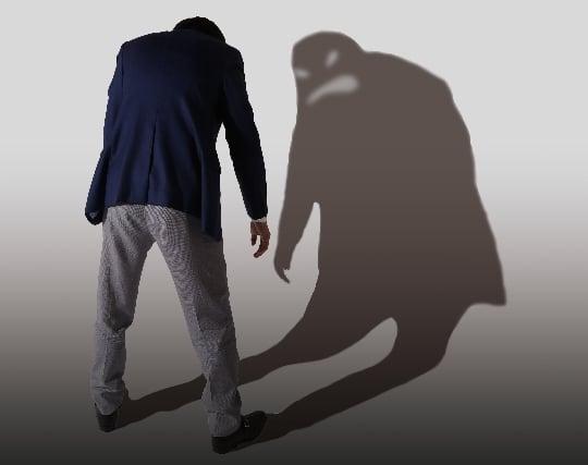 男性の影を見て不安を感じる夢