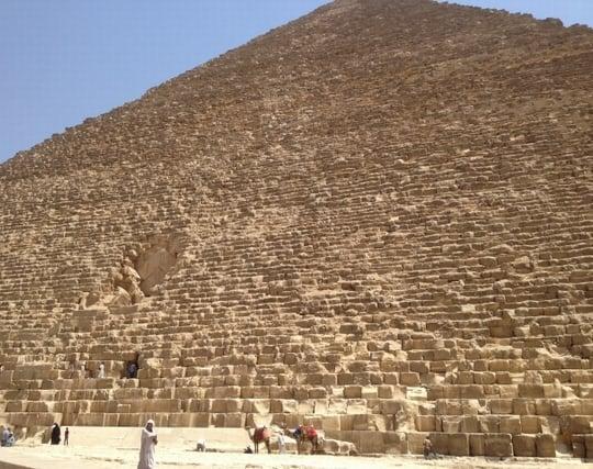 ピラミッドを近くから見上げる夢