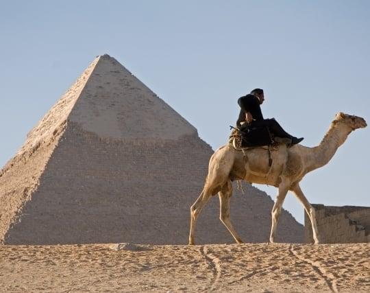 人と一緒にピラミッドを見る夢