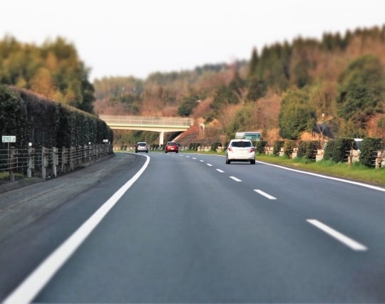 高速道路で<strong>車</strong>が順調に走っている夢