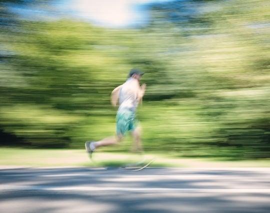 自分がものすごい速度で走る夢