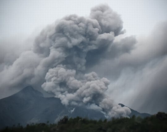 <strong>噴火</strong>した火山から避難する夢