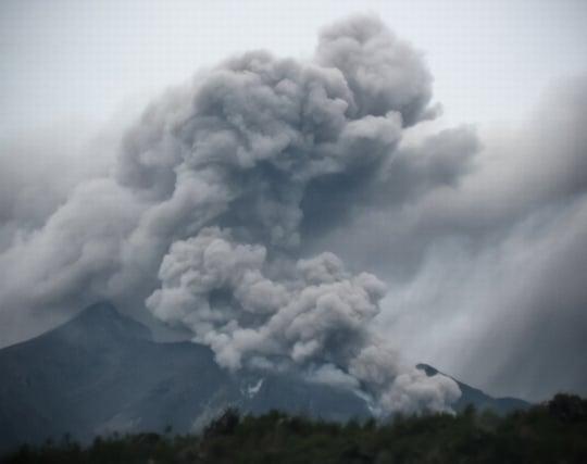 噴火した火<strong>山</strong>から逃げる夢