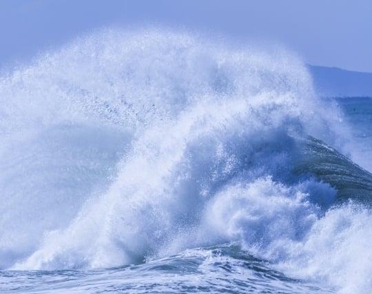 防波堤に打ち寄せる波の夢