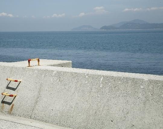 高い堤防で海岸が見えない夢