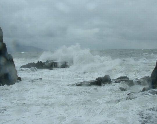 荒れ狂う波が印象的な海の夢