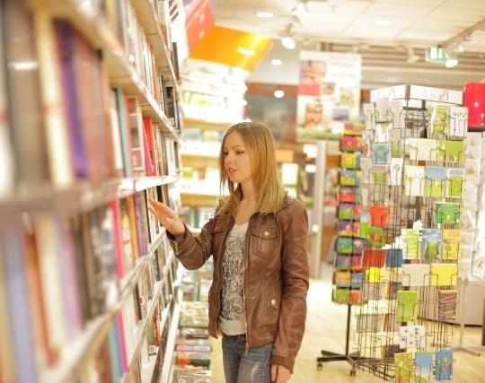 本屋で本を探す夢