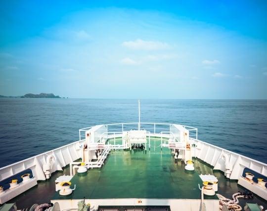 航海中の船の船首に立つ夢