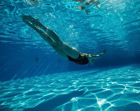 水中に潜って果敢に泳ぐ夢