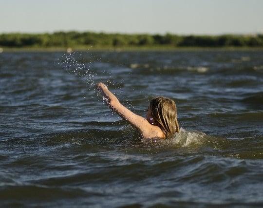 川を泳いで向こう岸にたどり着く夢