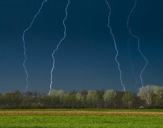雷が近くに<strong>落ちる</strong>夢