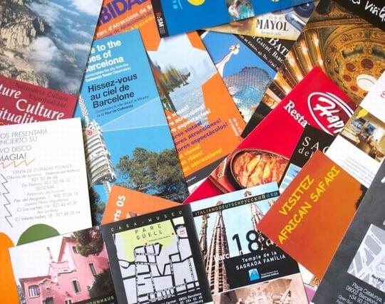 観光旅行のパンフレットを見ている夢