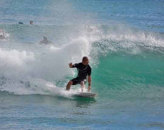 波に乗ってサーフィンを楽しむ夢