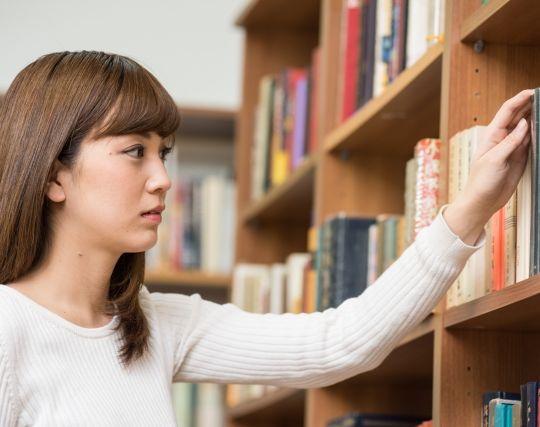 本棚を整理する夢