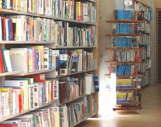 たくさんの本が並んだ本屋の夢