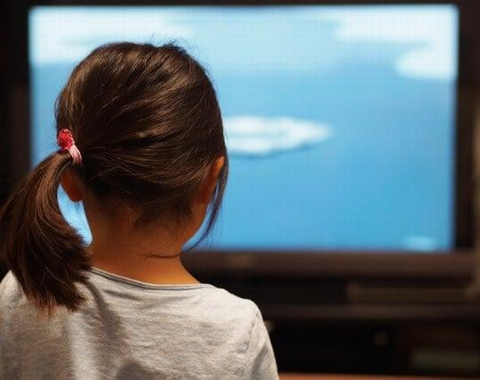 楽しそうにテレビを見ている夢