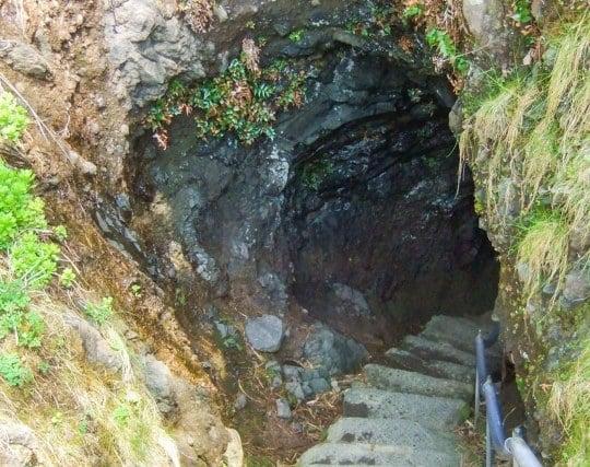 恐る恐る洞窟に入る夢
