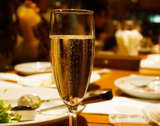 飲み物がなみなみと入ったグラスの夢