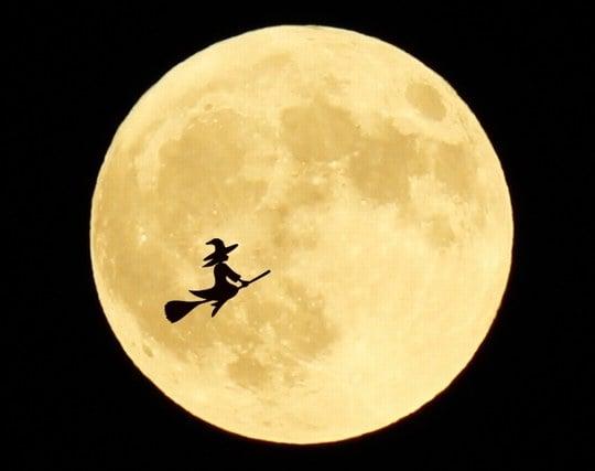 空飛ぶ魔法のほうきで<strong>空を飛ぶ</strong>夢