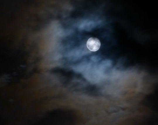 雲が月にかかる夢