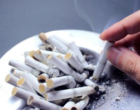 灰皿がタバコの吸殻殻で一杯になっている夢