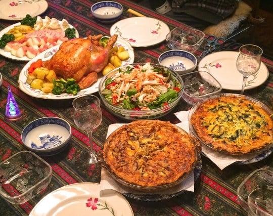 豪華な料理が乗ったテーブルの夢