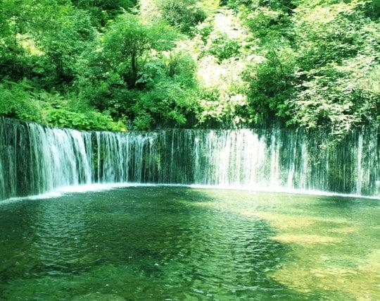 幅が広く水量の多い滝