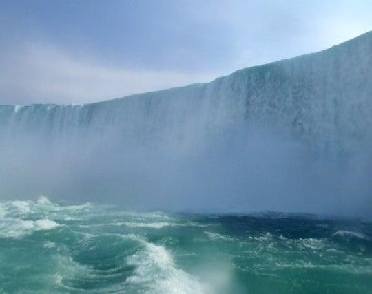 ゴウゴウと流れ落ちるナイアガラの滝の夢