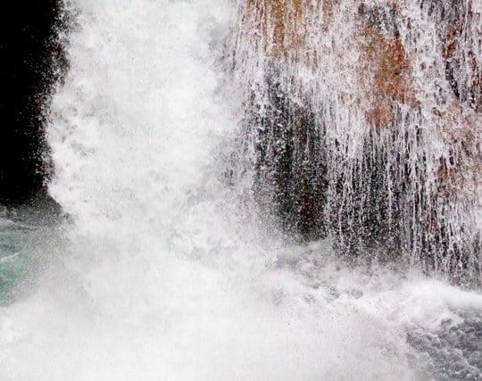 滝壺に落ちる夢