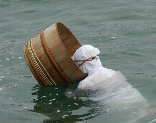 海女が海で収穫している夢