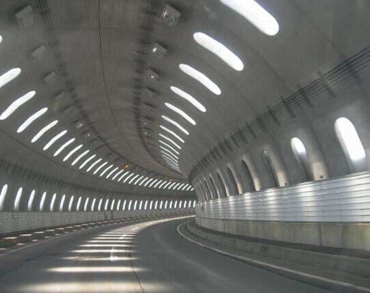 トンネルの中を車で走る夢