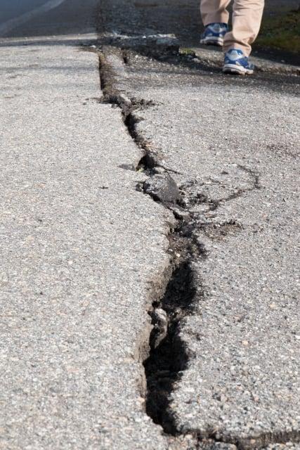 地震で地割れが発生する夢