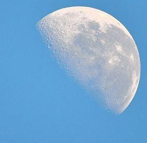 昼間に月が見える夢