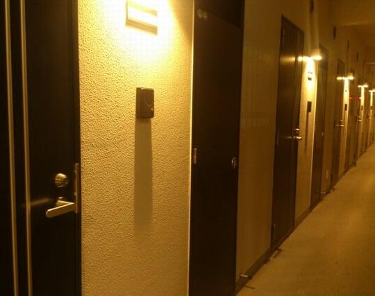 複数の部屋のドアが印象的な夢