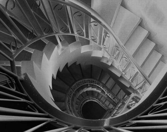 <strong>階段</strong>を踏み外して落ちる夢