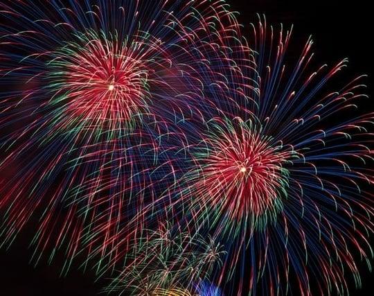 空に打ち上げられた花火を見上げている夢