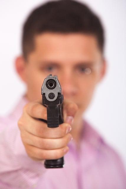 自分が銃で異性を狙う夢