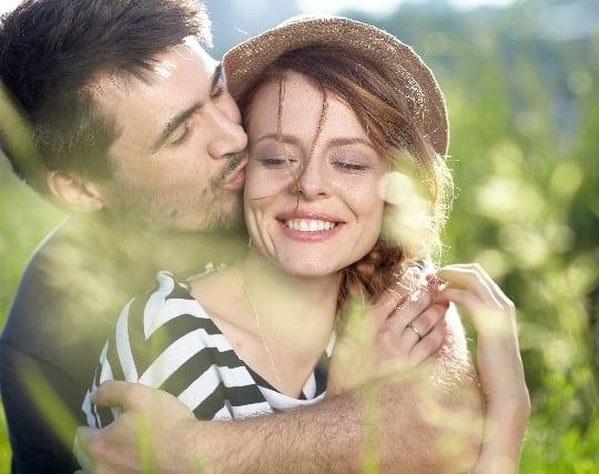 魅力的な少女にキスをする夢