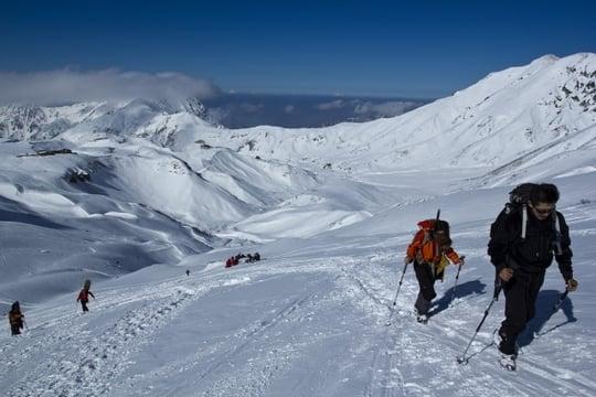 青空を背景に<strong>雪</strong>山を登る夢