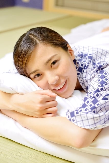 枕を抱える夢