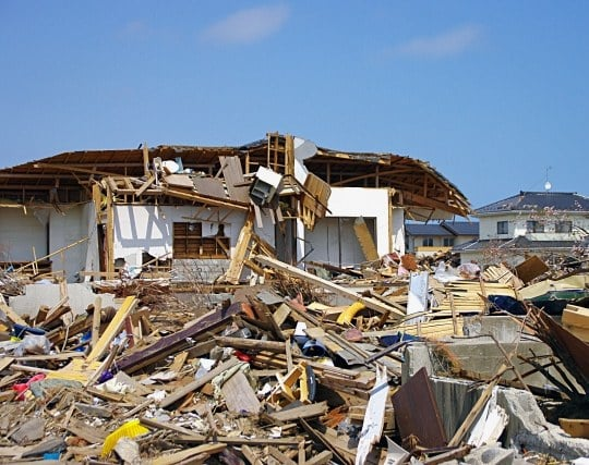 地震の激しいい揺れで家が倒壊する夢