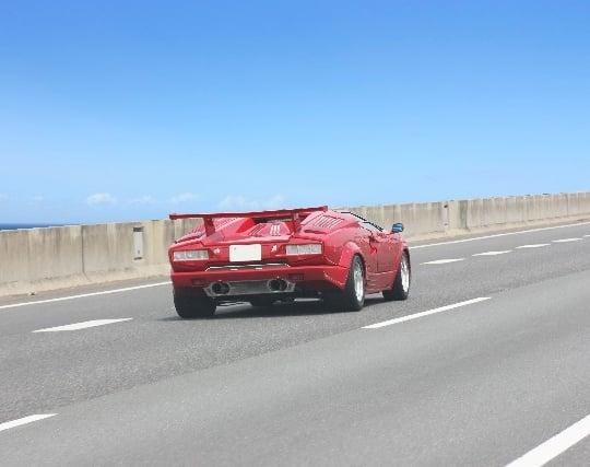高速道路で車を飛ばしている夢